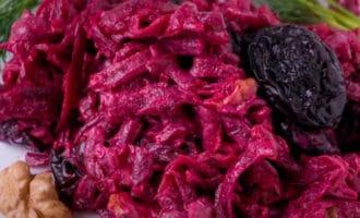Салат из свеклы и чернослива с орехами