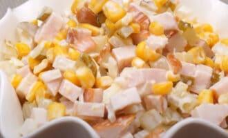 Салат с копченой курицей и маринованным луком