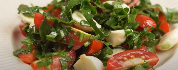 Салат с моцареллой и рукколой