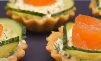 Тарталетки с сыром и лососем