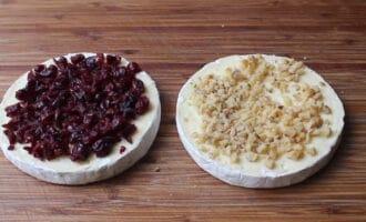 Клюква и орехи с сыром бри