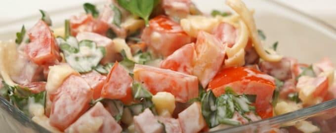 Салат с колбасой и сыром