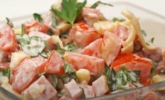 Салат с колбасой помидорами и сыром