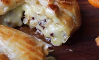 Сыр Бри с клюквой и орехами