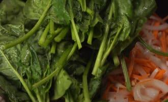 Шпинат с овощами