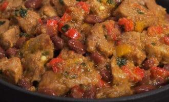 Тушеное мясо с перцем и фасолью