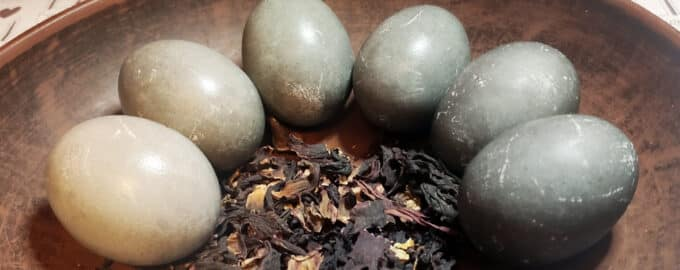 покраска яиц в чае каркаде