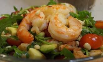 Салат с рукколой авокадо и креветками