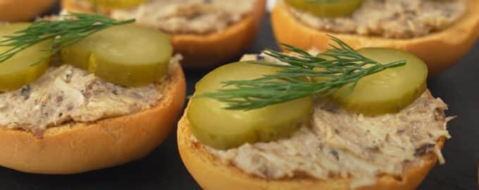 Бутерброды с намазкой из шпрот