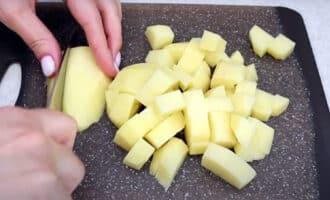 очищенная картошка порезанная на кусочки