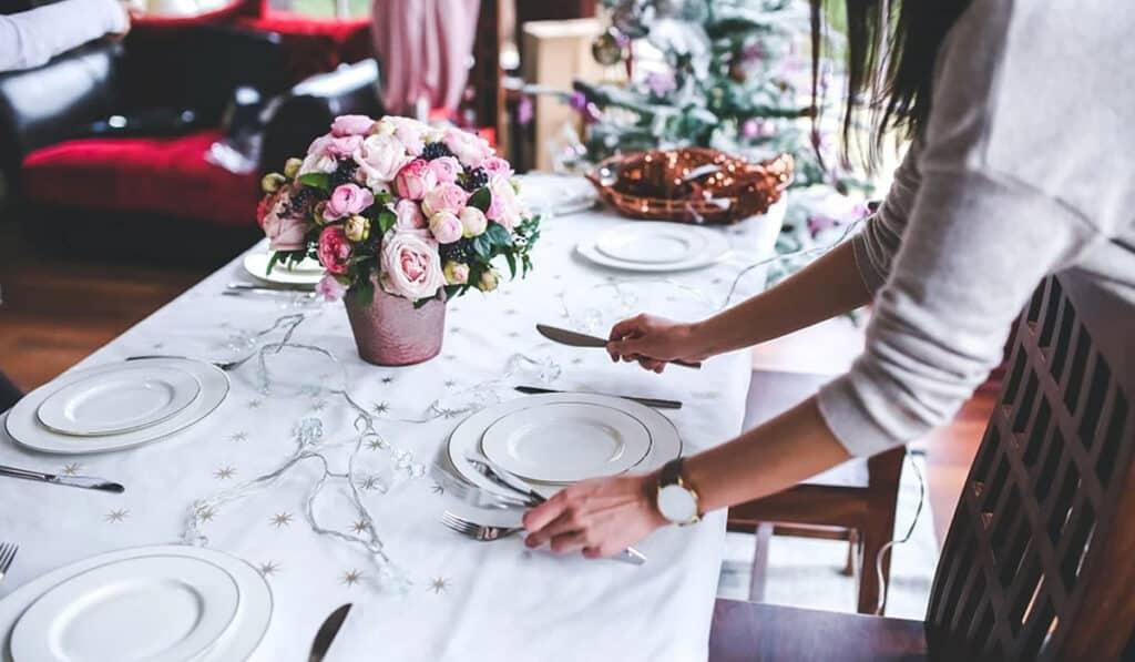 белая посуда на столе
